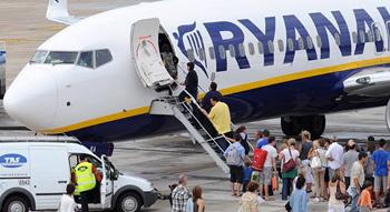 Un avión de Ryanair en el aeropuerto de Girona