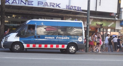 Vehicle del Mossos d'Esquadra, en un céntric carrec de Lloret