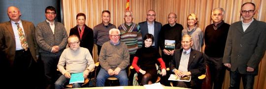 Els autors dels textos de la revista amb membres del Arxiu Municipal i de l'equip de govern