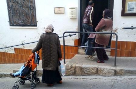 Personas con pocos recursos acuden a recoger alimentos a la sede de Cáritas, el pasado 21 de febrero / Foto: JFG