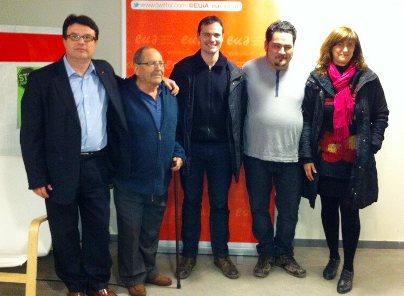 Joan Josep Nuet, a l'esquerra de la imatge, amb militants d'EUiA de Palafolls / Foto: Twitter @NUET