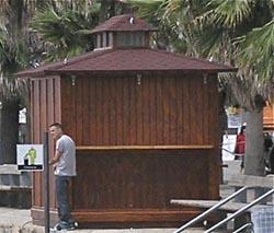 Uno de los quioscos que se colocan en verano junto a la playa / Foto: JFG