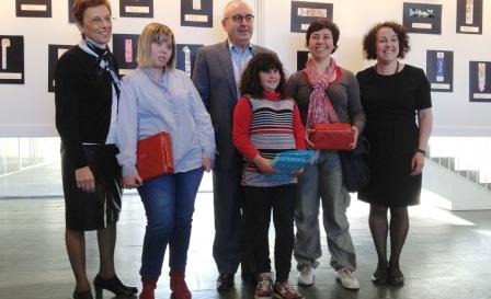 L'alcalde Josep marigó amb les guanyadores del concurs de punt de llibre