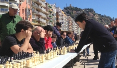 Carles Salgado, a la derecha, durante una exhibición de partidas simultáneas en Blanes