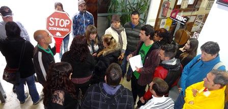Miembros de la PAH de Blanes, está mañana en el vestíbulo del Ayuntamiento. / Foto: JFG