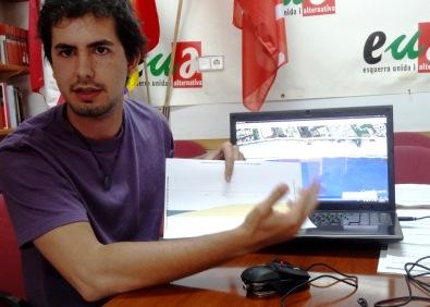 El concejal de ICV-EUiA Víctor Catalán, ayer durante la rueda de prensa