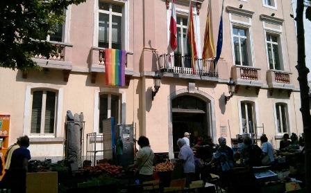 La bandera gai, avui a la façana de l'Ajuntament de Blanes