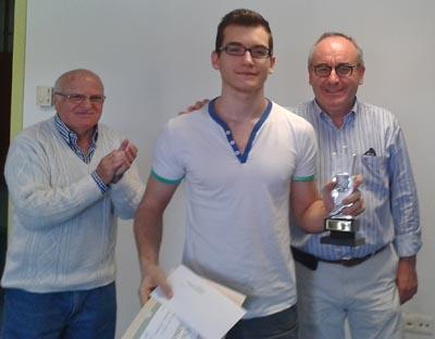 Marc Sánchez, acompañado por el alcalde Josep Marigó. A la izquierda, Pedro Medina, presidente del Club d'Escacs Blanes