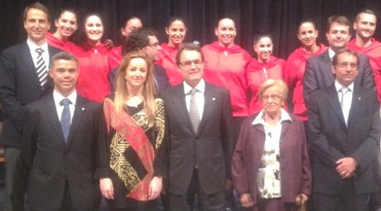 Artur Mas amb Aurora Navarro i les patinadores de l'equip que va guanyar el Campionat d'Europa