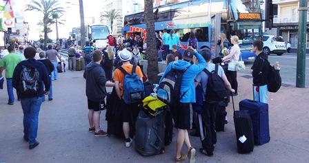 Turistas en una céntrica avenida de Lloret