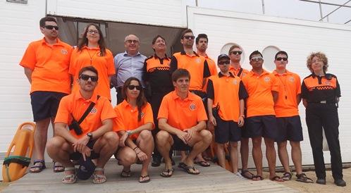 Membres del servei de vigilància de les platjes, acompanyats per l'alcalde Josep Marigó i el regidor de Manteniment Josep Manel Verde