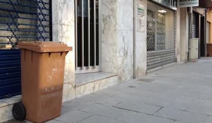 Un contenidor de la fracció orgànica en un centric carrer de la vila