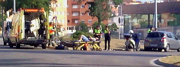 El conductor de la moto, en el centro de la imagen recostado en una camilla