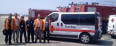 Representants de l'aeroport i Creu Roja a Girona en el moment de la donació