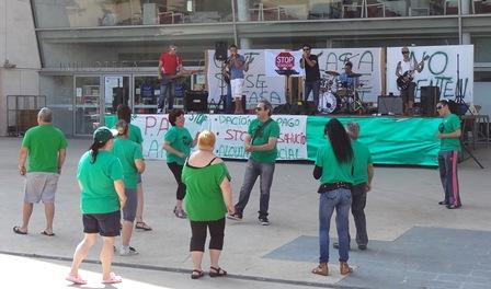Los activistas de la PAH, ayer en la explanada de la Biblioteca Comarcal