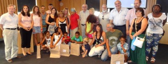 Asistentes al acto de bienvenida, junto con los niños y niñas saharauis