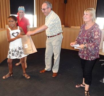 El alcalde y los concejales asistentes les entregaron obsequios