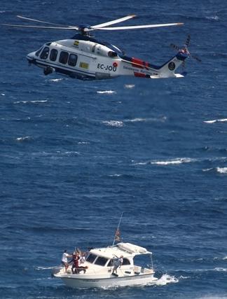 El helicóptero y la embarcación que han intervenido en el ejercicio / Foto: Anna Sais