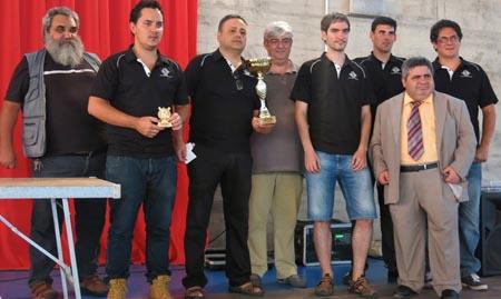 Jugadors del Sant Josep de Badalona, del Club d'Escacs Vilobí amb el presidente de la FCE (al centre de la imatge) / Foto: La Selva Comunica