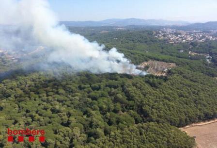 Imágenes aérea de la columna de humo que origina el fuego / Foto: bombers de la Generalitat