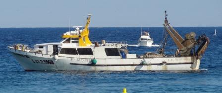 Un vaixell de pesca, entrant al Port de Blanes / Foto: JFG