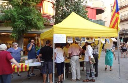 Carpa informativa sobre la Via Catalana cap a la Independència a Blanes, el passat 31 d'agost / Foto: JFG