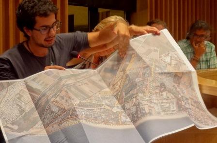 Víctor Catalan va explicar amb un mapa la ubicació dels terrenys que es vol legalitzar / Foto: JFG