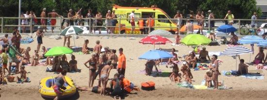 Atenció a una víctima a la platja de s'Abanell