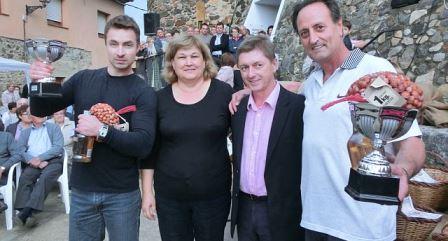 Els guanyadors del concurs d'esclovellar avellanes, amb Salvador Balliu i