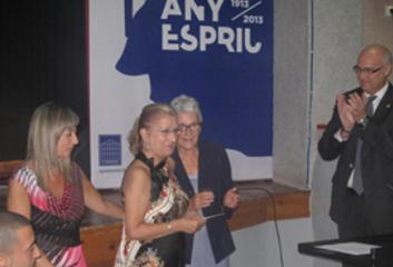 Al centre, Mª Carme Poblet Casanovas, acompanyada de l'alcaldessa de Vinebre, Gemma Carim, i de la presidenta d'Òmnium Cultural, Muriel Casals.
