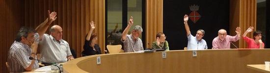 Els membres de l'equip de governs, ahir durant una de les votacions dels ple / Foto: JFG
