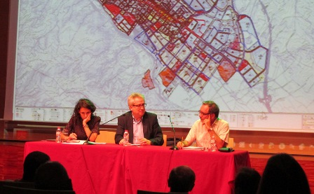 Antoni Solà, al centre de la imatge, durant la sesión informativa / Foto: La Selva Comunica
