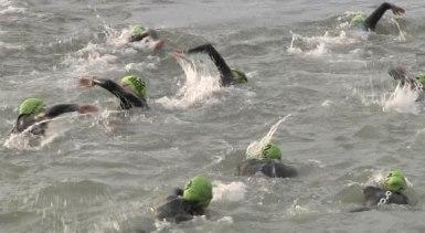 Triatletes durant el tram de natació del Challenge