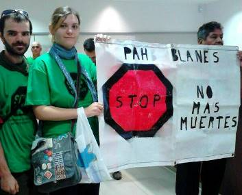 Miembros de la PAH de Blanes dentro de la sucursal de Banco Santander