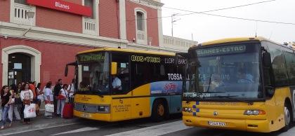 Autobusos de Transport Pujol a l'estació de tren de Blanes