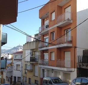 Bloc de pisos del carrer la Mina, on es va produir l'incendi