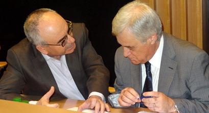 El alcalde Josep Marigó, a la izquierda, conversa con Josep Trias (CiU), antes de empezar el pleno