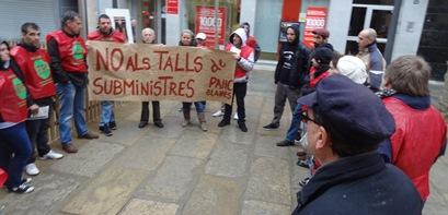 Membres de la PAHC Blanes, el passat dijous davant de l'Ajuntament de Blanes
