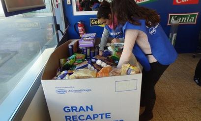 dues voluntàries recullen aliments a Blanes / Foto: JFG