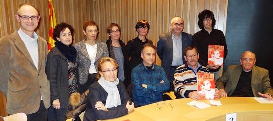 Alguns dels autors, acompanyats per l'alcalde Marigó, la regidora Susana Ramajo i membres de l'Arxiu. / Foto: JFG