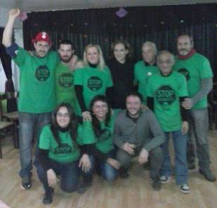 Ada Colau, en el centro de la imagen con jersey oscuro, junto a miembros de la PAH de Blanes
