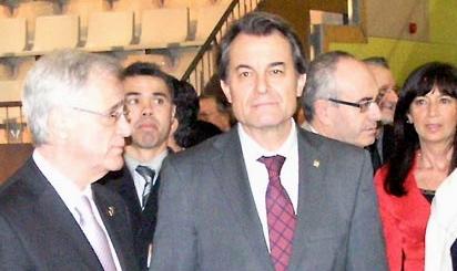 Josep Marigó, a la derecha de la imagen, detrás de Artur Mas, durante la inauguración de la Ciudad Deportiva en febrero de 2011 / Foto: JFG