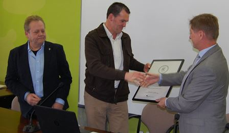 Frances Seras, en el moment de rebre el diploma de mans de Salvador Balliu