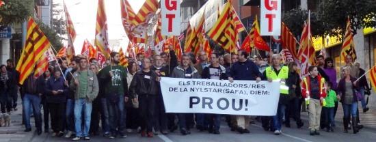 Imatge de la manifestació realitzada ahir pels treballadors de Nylstar i centenars de veïns de Blanes / Foto: JFG