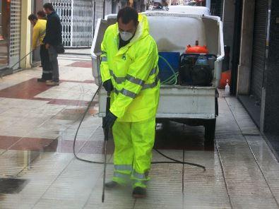 S'han tret un total de 3.296 xiclets enganxats a la via en una àrea de 6.700 m2 / Foto: Ajuntament de Calella