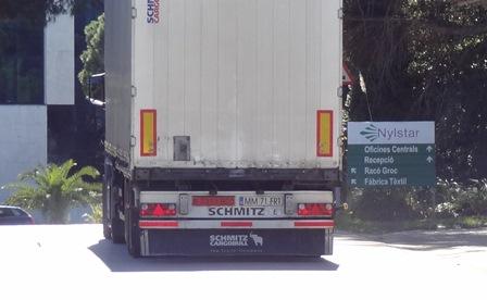 Un camión trailer, esta mañana en la entrada de Nylstar / Foto: JFG