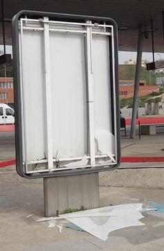 También hoy hemos visto este panel publicitario roto en la parada de autobuses, con trozos de vídrio en el suelo / Foto: JFG