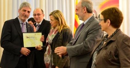 El regidor Miquel Lupiañez,a l'esquerra, en el moment de recollir la distinció