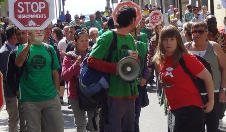 Marta Afuera, con camiseta roja, en la calle Ample de Blanes durante una manifestación / Foto: JFG