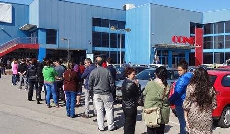 La cola para comprar las entradas de la sesión de mañana, esta tarde / Foto: JFG